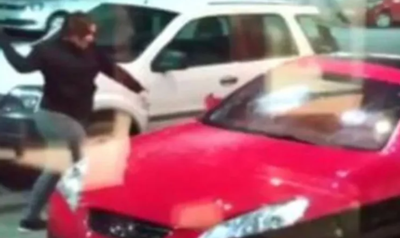VIDEO | Mujer destroza auto de su ex al verlo estacionado en un hotel
