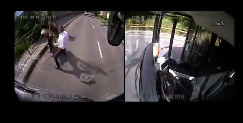 VIDEO | ¡Héroe! Piloto baja de bus para ayudar a una abuelita que era asaltada