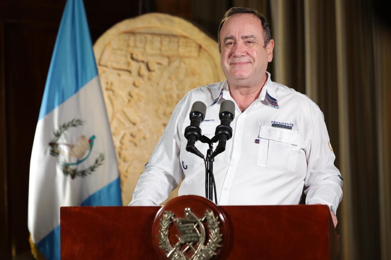 Presidente anuncia la construcción de siete hospitales permanentes