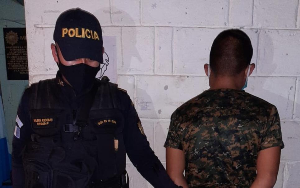 Turba intenta quemar a soldado señalado de amenazar de muerte con un fusil