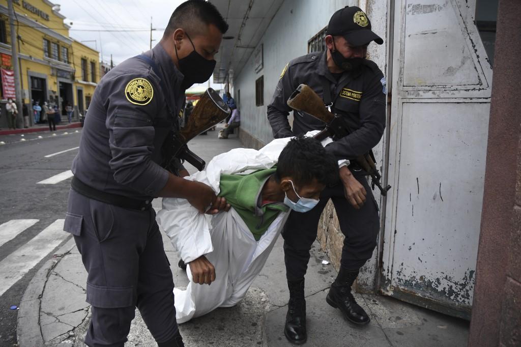 IMÁGENES | Captan ingreso a hospital de reo con síntomas relacionados al coronavirus