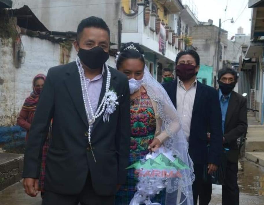 Unen sus vidas en matrimonio; así se llevó a cabo la boda de esta pareja