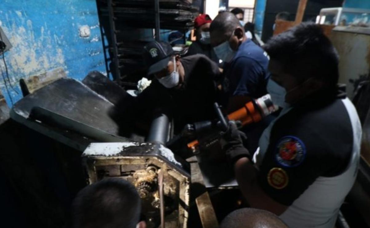 Bomberos auxilian a panadero a quien le quedó el brazo atrapado en maquinaria