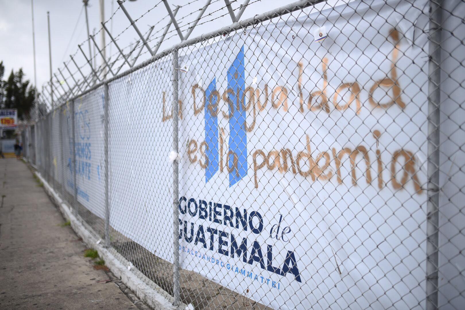 Colocan mensajes contra el Gobierno en hospital del Parque de la Industria