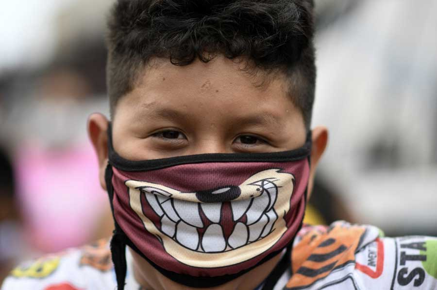 Niño guatemalteco con mascarilla