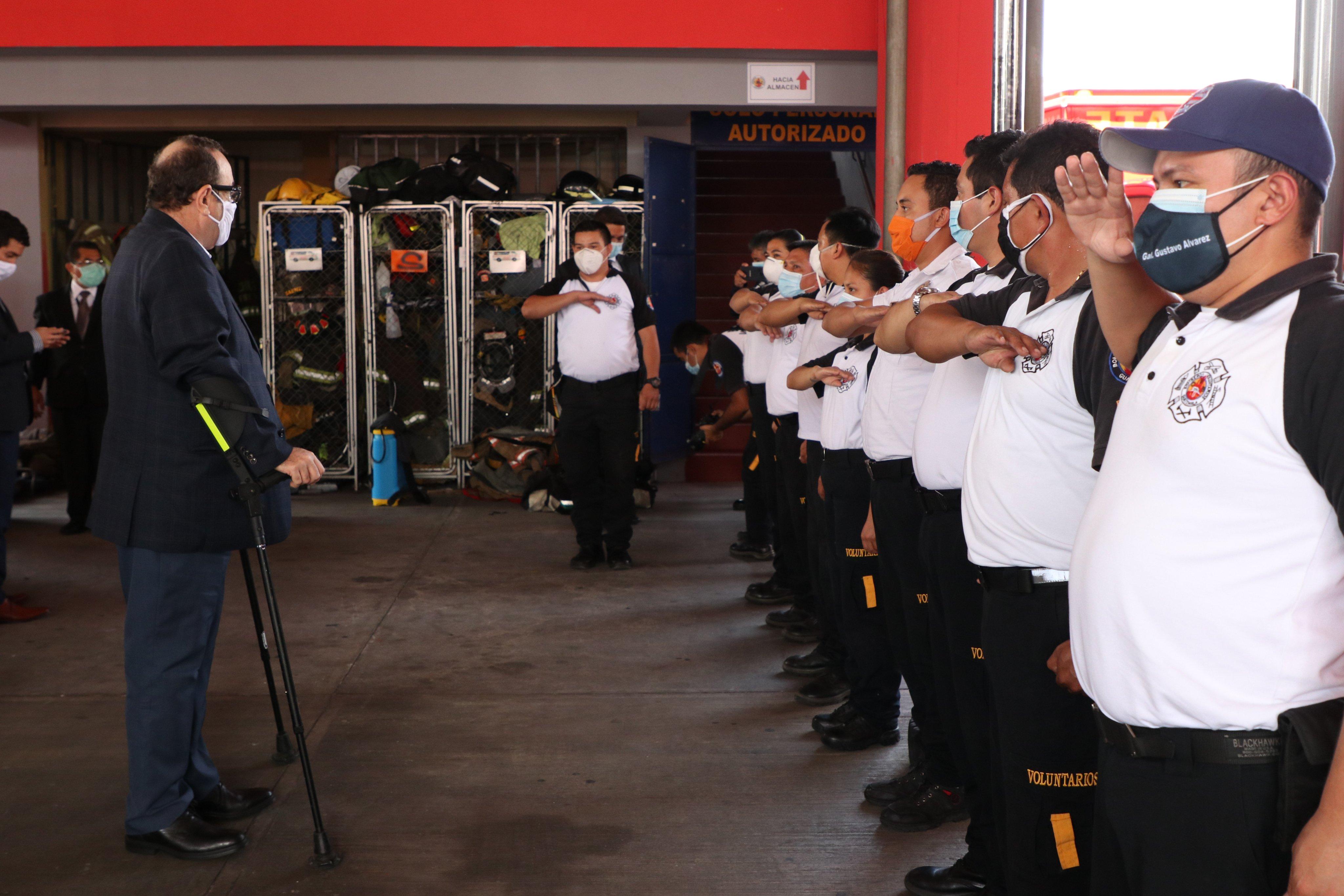 Presidente Alejandro Giammattei entrega mascarillas a bomberos Voluntarios