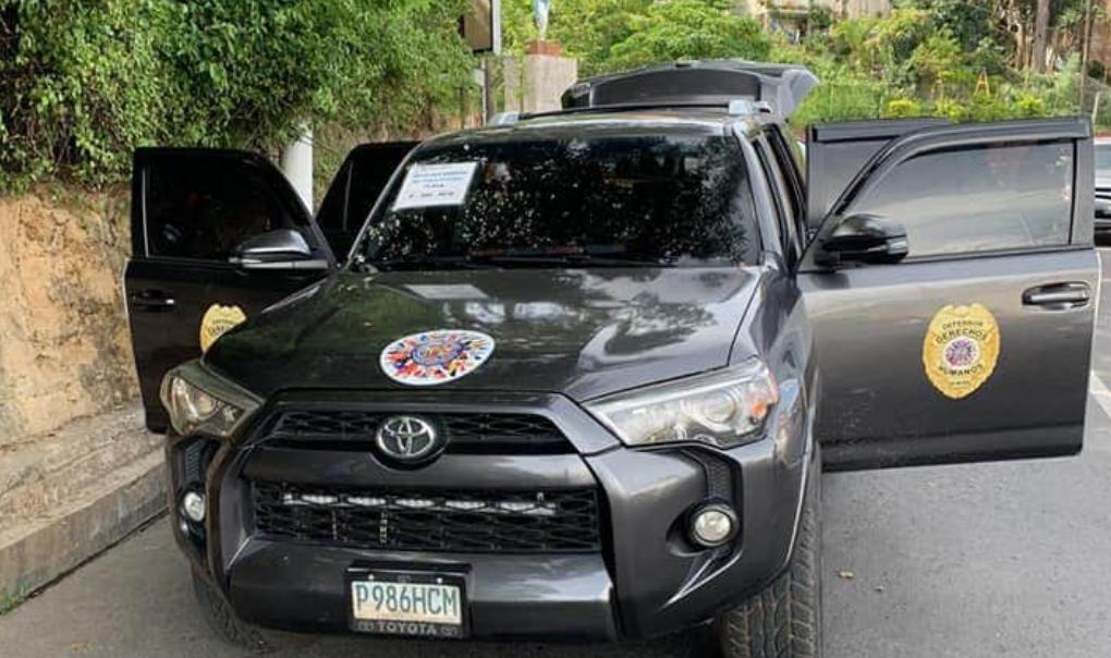 Llevaban 18 mil dólares en vehículo que tenía pegados logos falsos