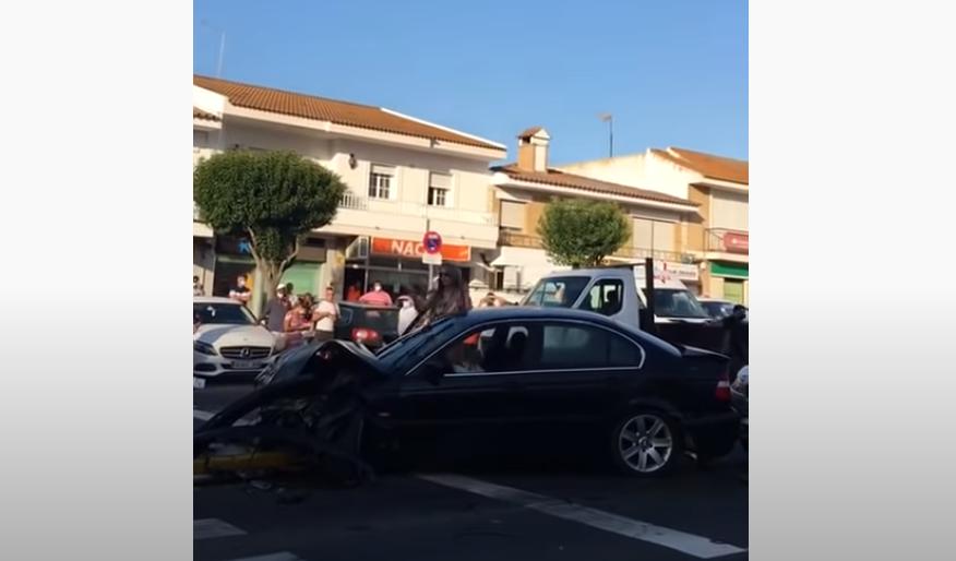 Mujer provoca accidente de tránsito y se pone a bailar en bikini