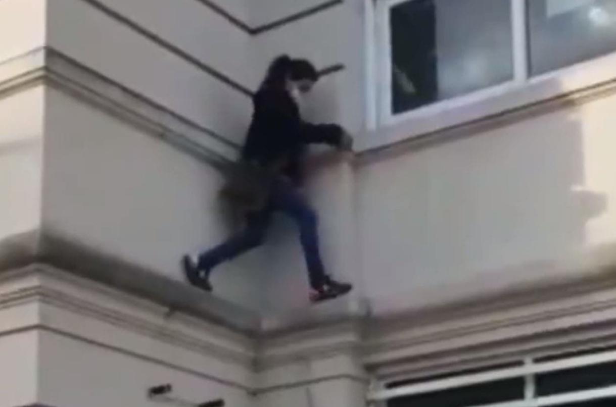 Mujer trepa hospital en Argentina