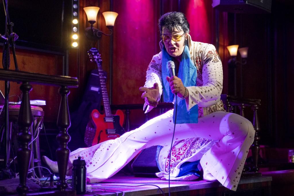 Imitador de Elvis Presley rompe récord mundial