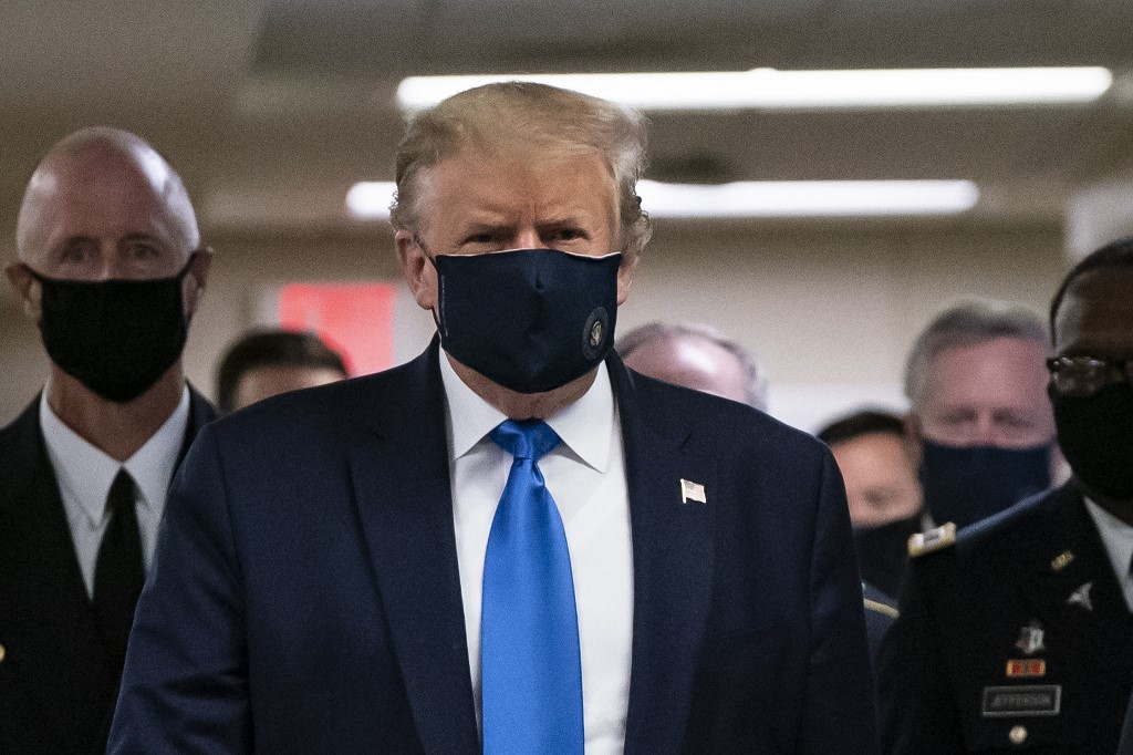 Donald Trump usando mascarilla en un hospital en Washington