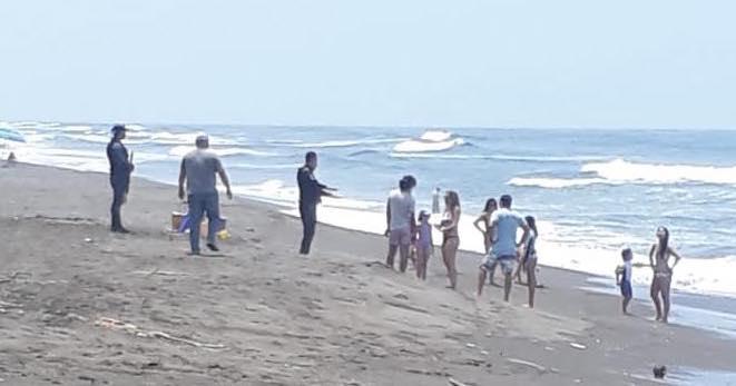 Autoridades dialogan con visitantes de las playas de Sipacate