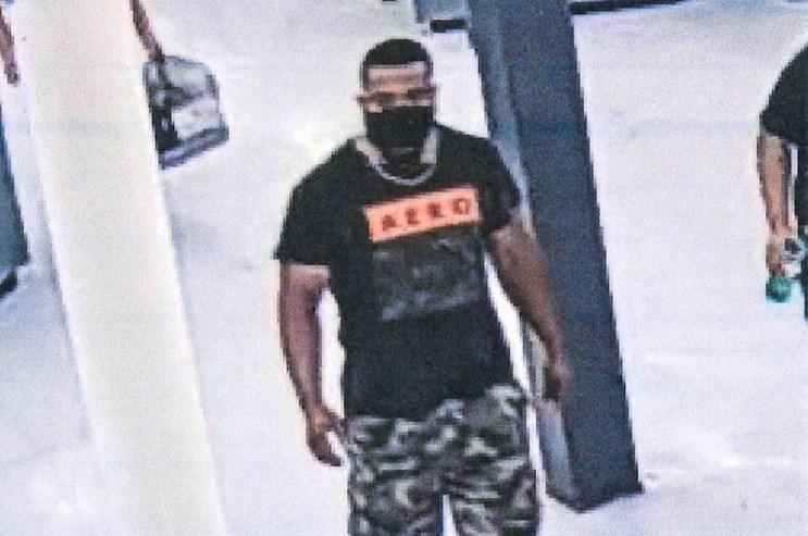 Hombre acusado de abrazar a desconocidos para contagiarlos de Covid-19