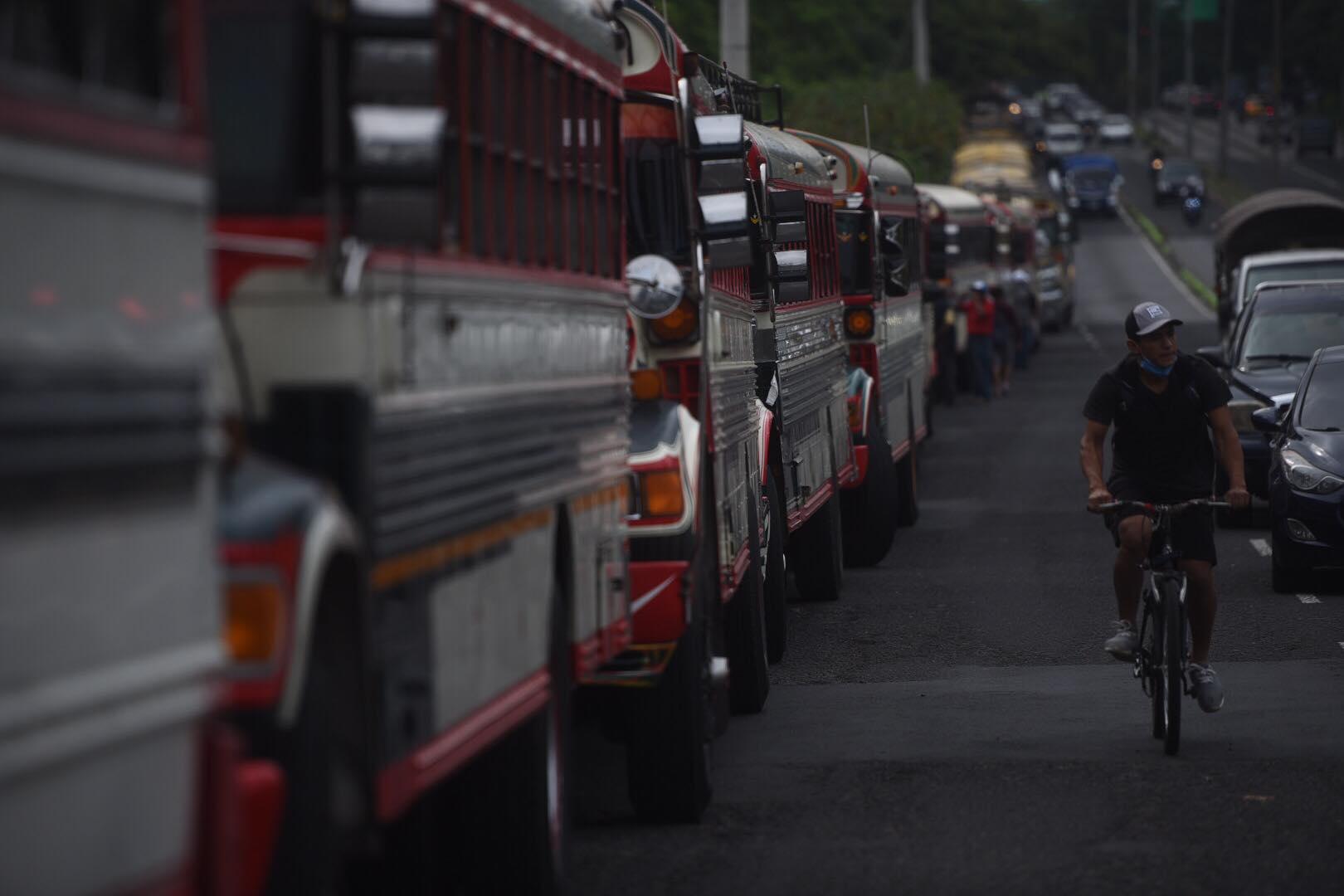 caravana de buses extraurbanos en ruta al Pacífico