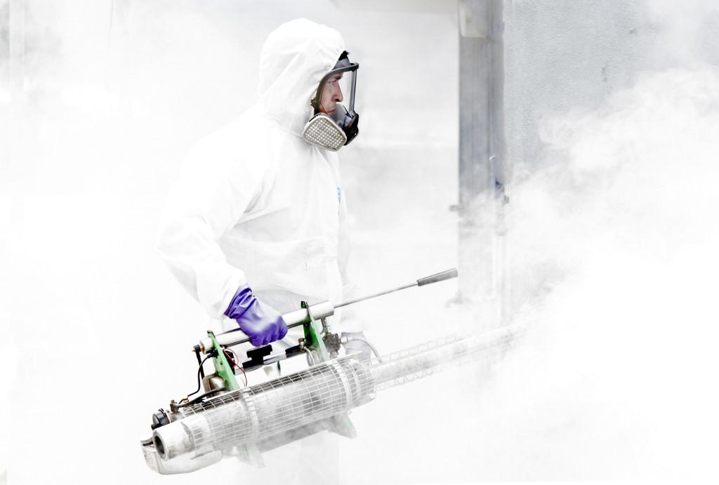 Fumigan por casos de dengue