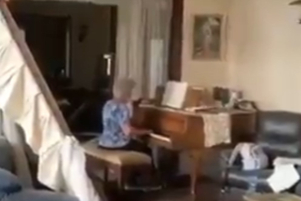 Abuelita toca el piano tras explosiones en Beirut