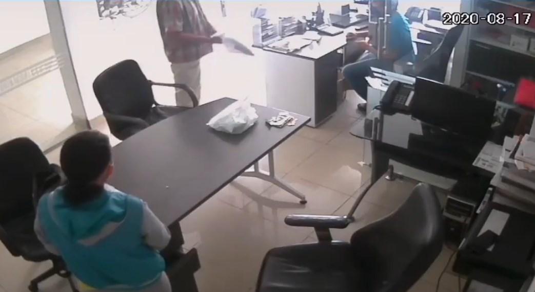 Ladrón intenta asaltar funeraria con un plátano