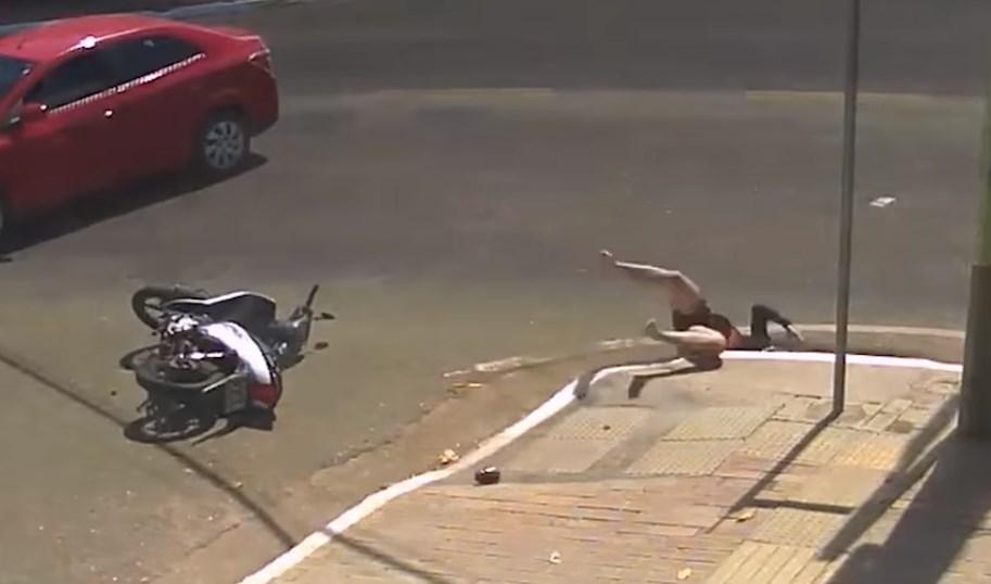 Motorista cae a alcantarilla en Brasil