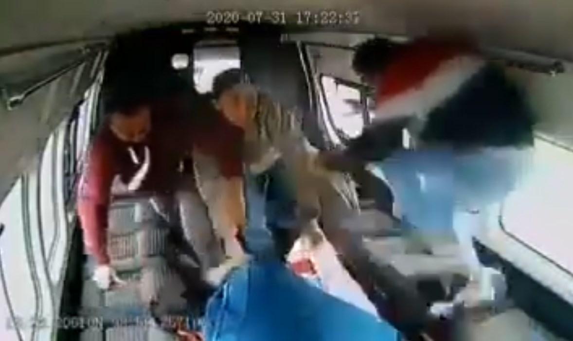 Pasajeros golpean a ladrón de combi en México