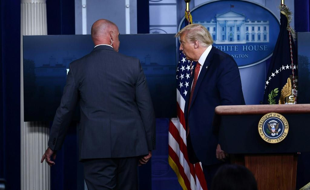 Donald Trump escoltado fuera de rueda de prensa