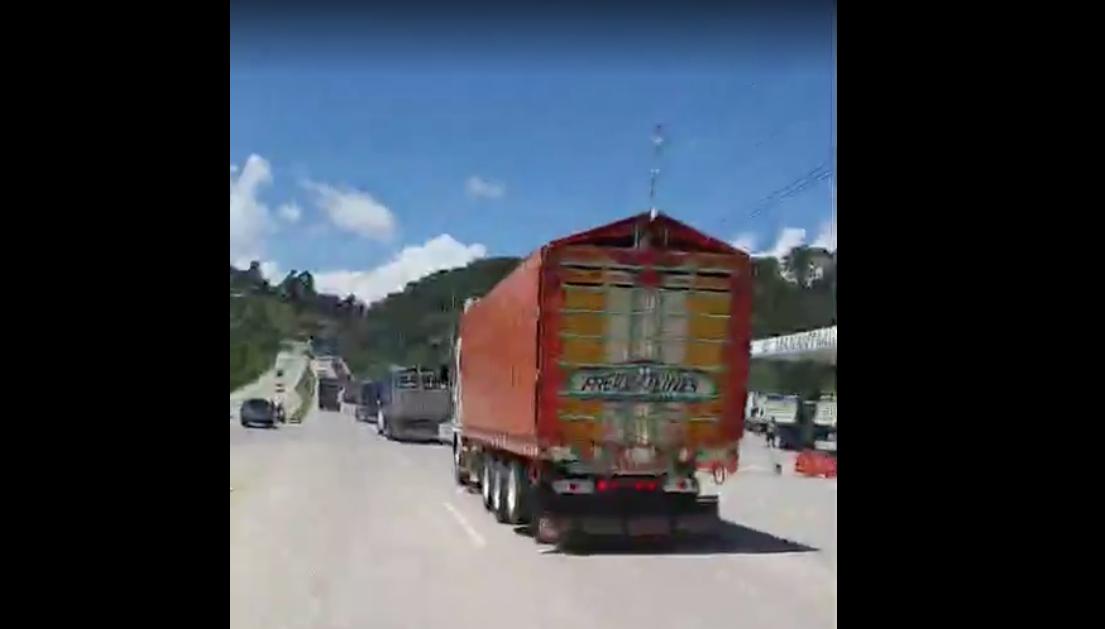 Caravana de transporte pesado recorre la ruta al Atlántico