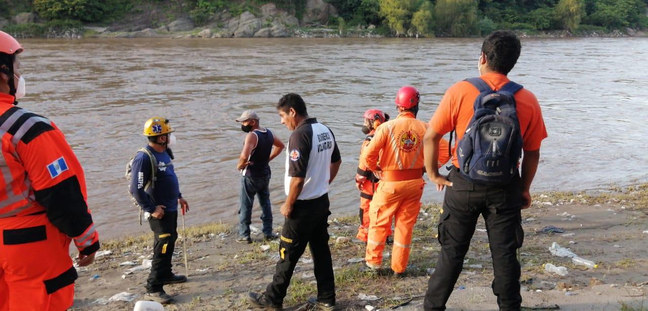 Buscan a persona arrastrada por río en Zacapa