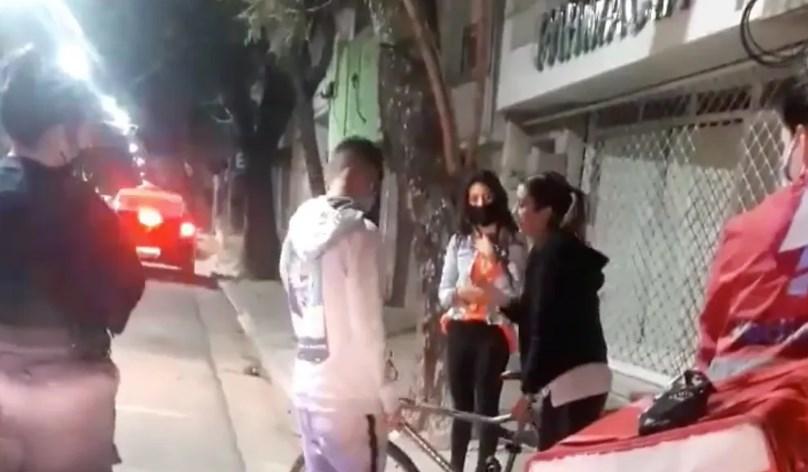 Le roban bicicleta a repartidor de comida; vecina testigo del asalto le regala otra