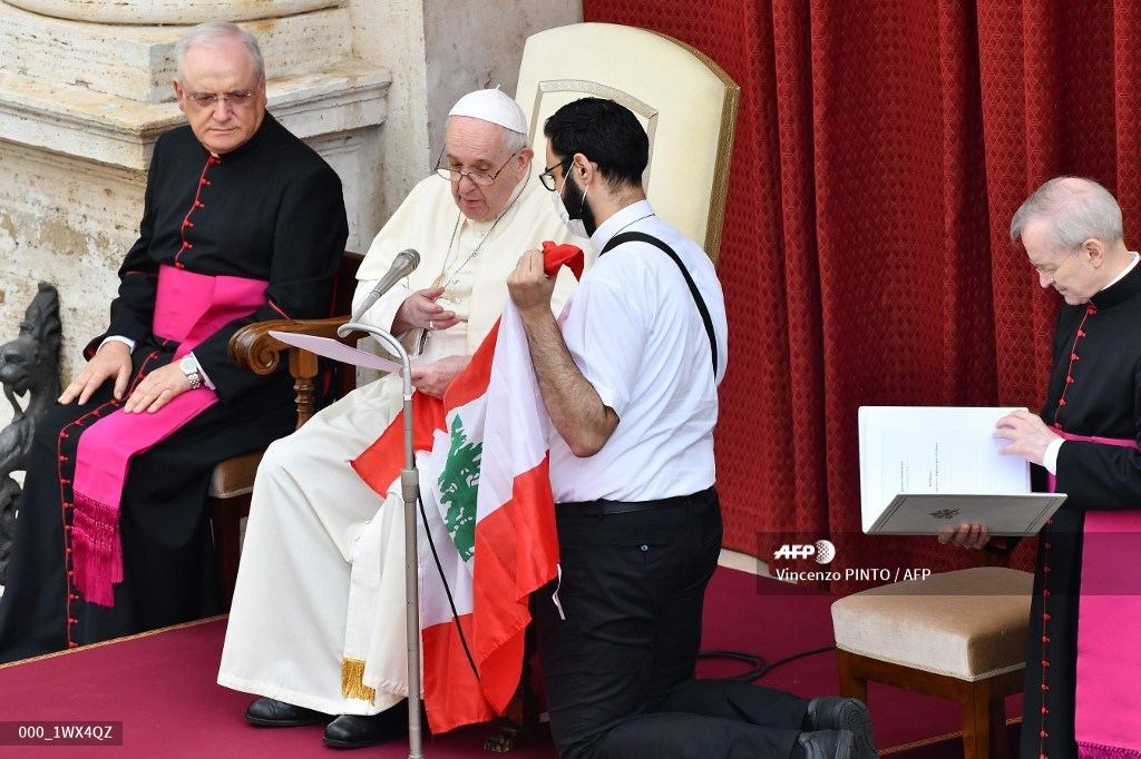 Papa Francisco con la bandera del Líbano
