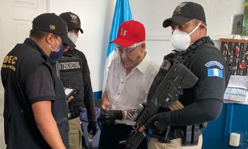 Autoridades informan los cargos a César Montes.