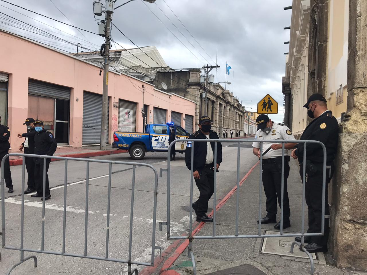 Agentes de la Policía Nacional Civil bloquean el acceso al Congreso de la República.