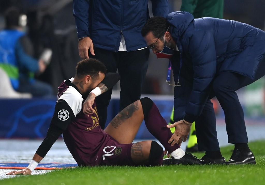 Neymar sale lesionado del partido entre Istanbul BB y Paris Saint-Germain