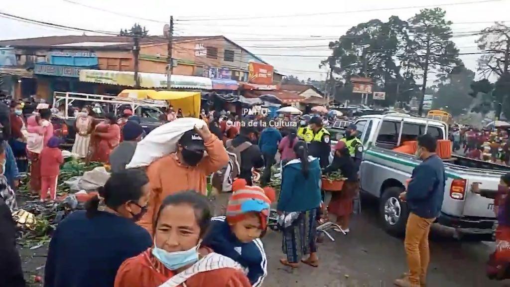 La Policía Municipal de Tránsito de Quetzaltenango desalojó a vendedores informales.