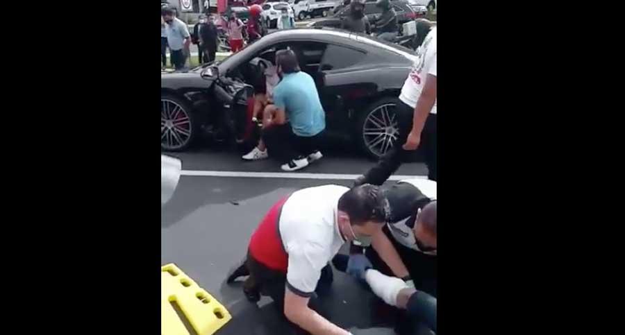 Vehículo deportivo embiste a motorista