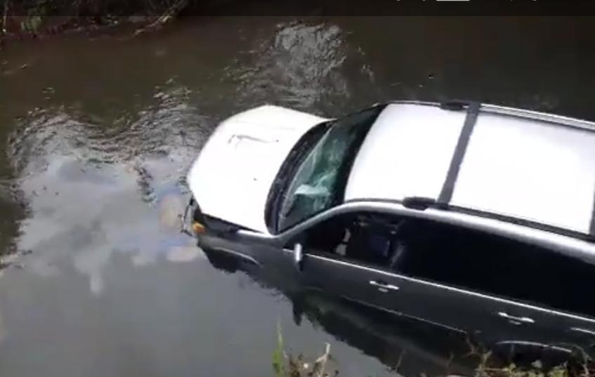 Camionetilla cae en el río Xulá