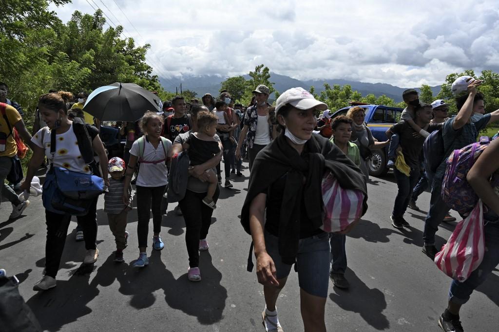 Caravana de migrantes hondureños ingresa a Guatemala.