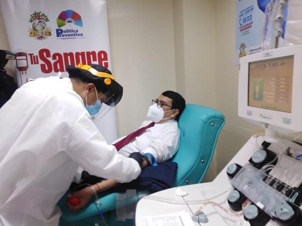 contralor general de cuentas, Edwin Salazar, dona plasma
