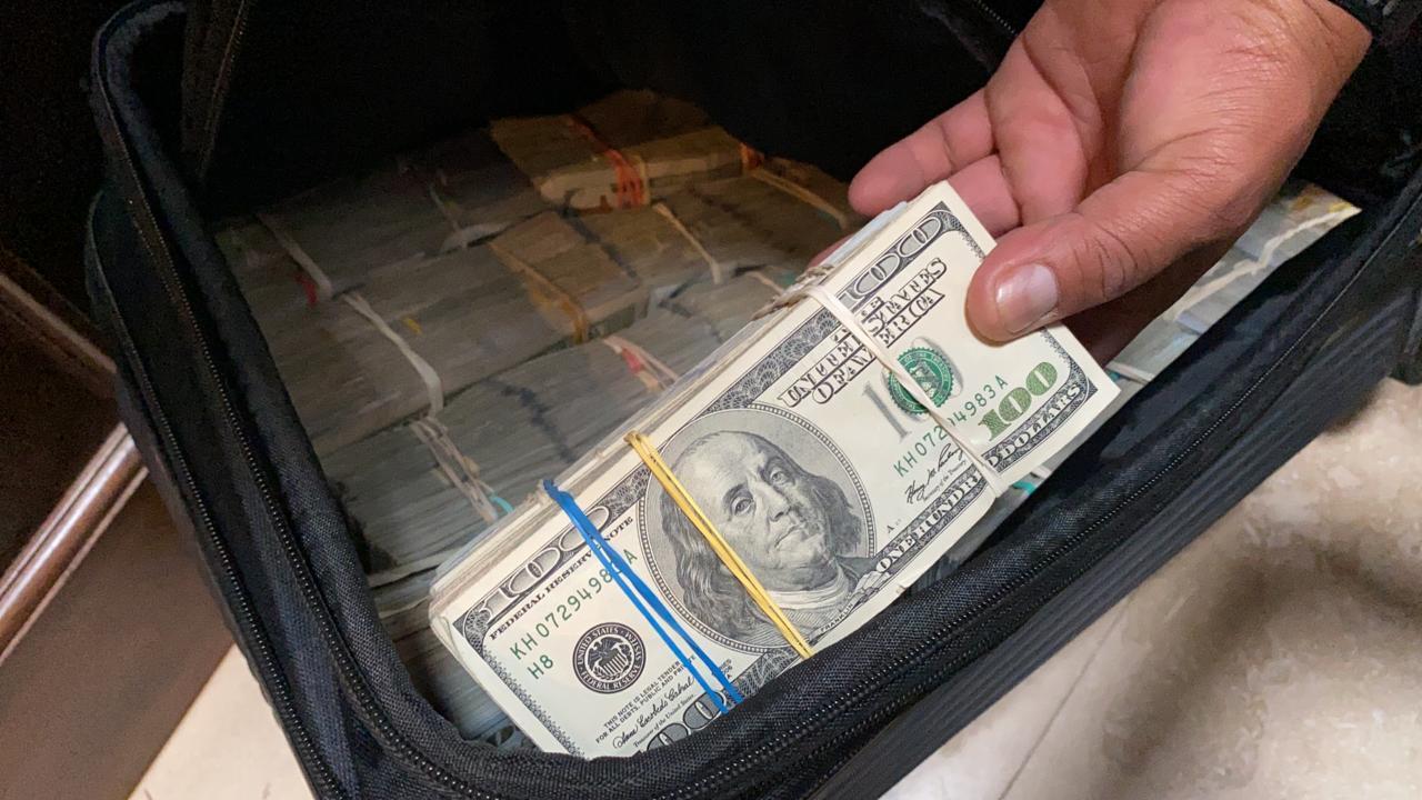 Maletas con dinero decomisadas en La Antigua Guatemala