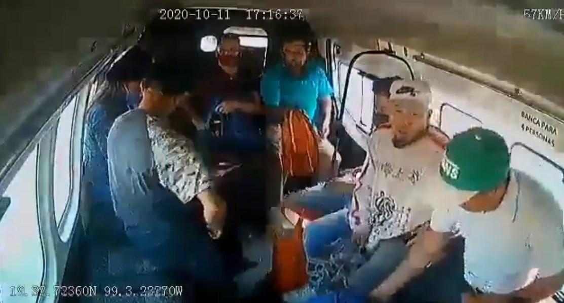 """Asalto a """"combi"""" en Ecatepec, México"""