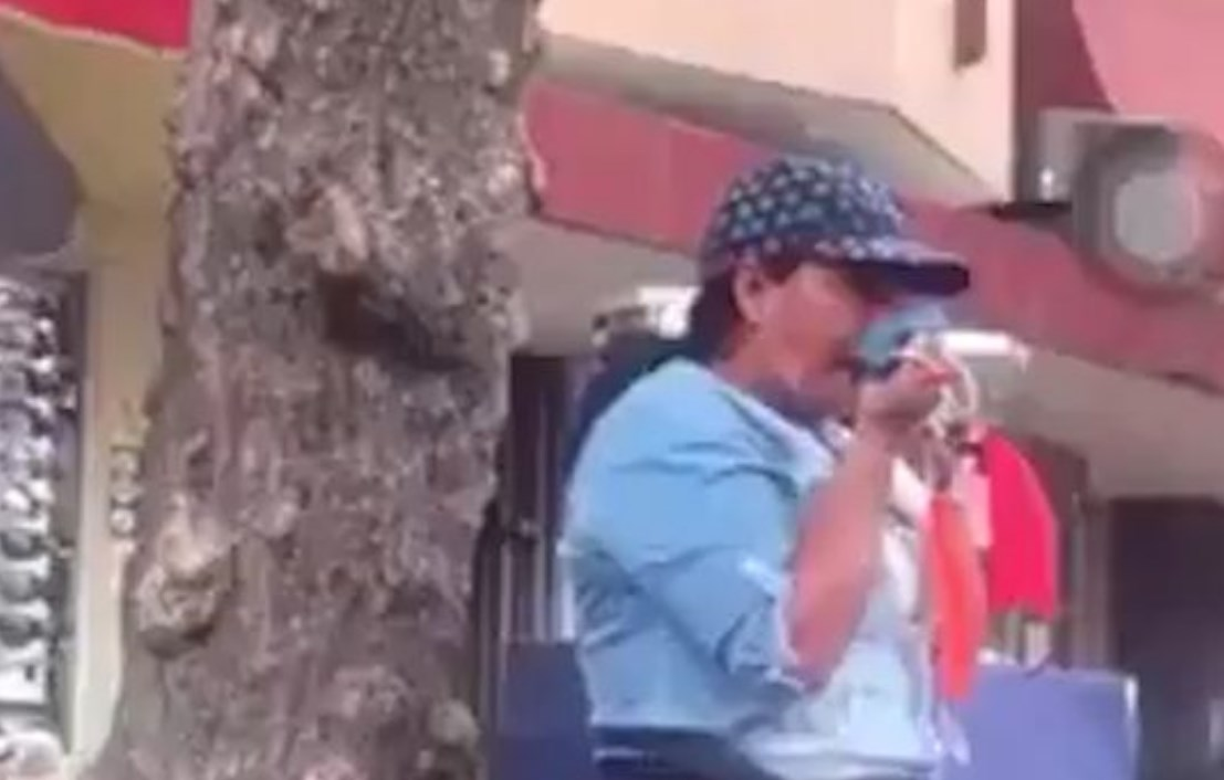 Mujer es captada limpiándose con las mascarillas que vendía en la calle