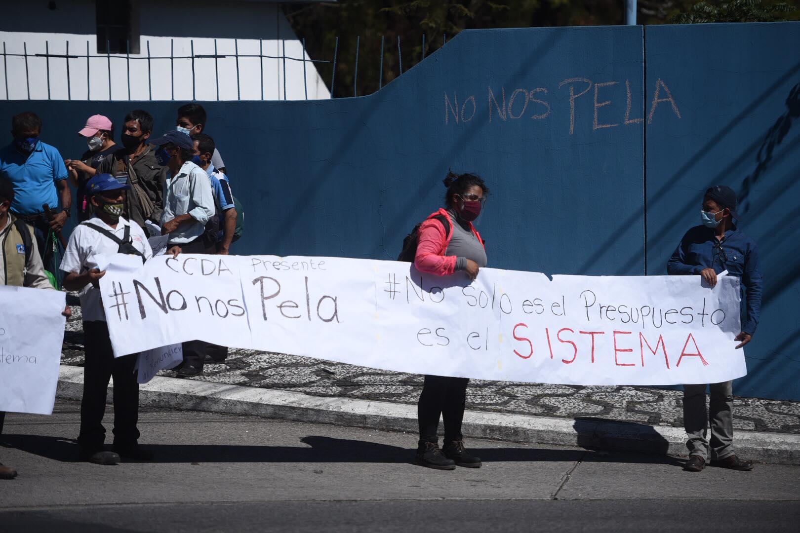 Guatemaltecos manifiestan en contra de los diputados, quienes sesionaron en el Teatro Nacional.