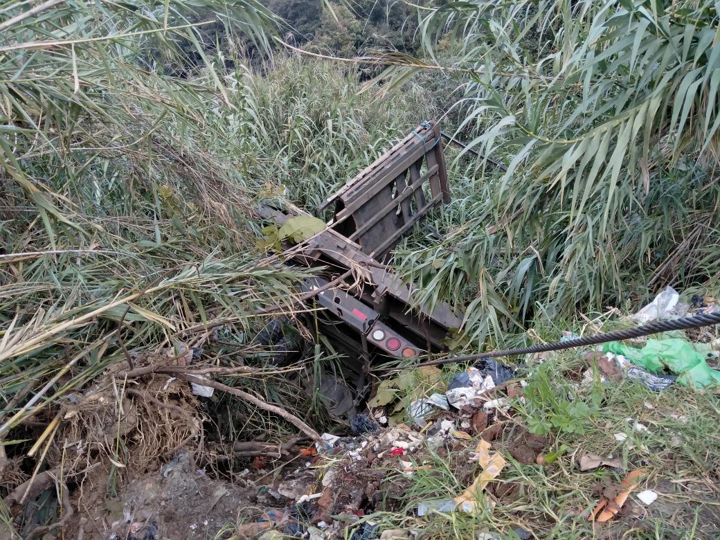 Camión del Ejército de Guatemala cae a barranco.