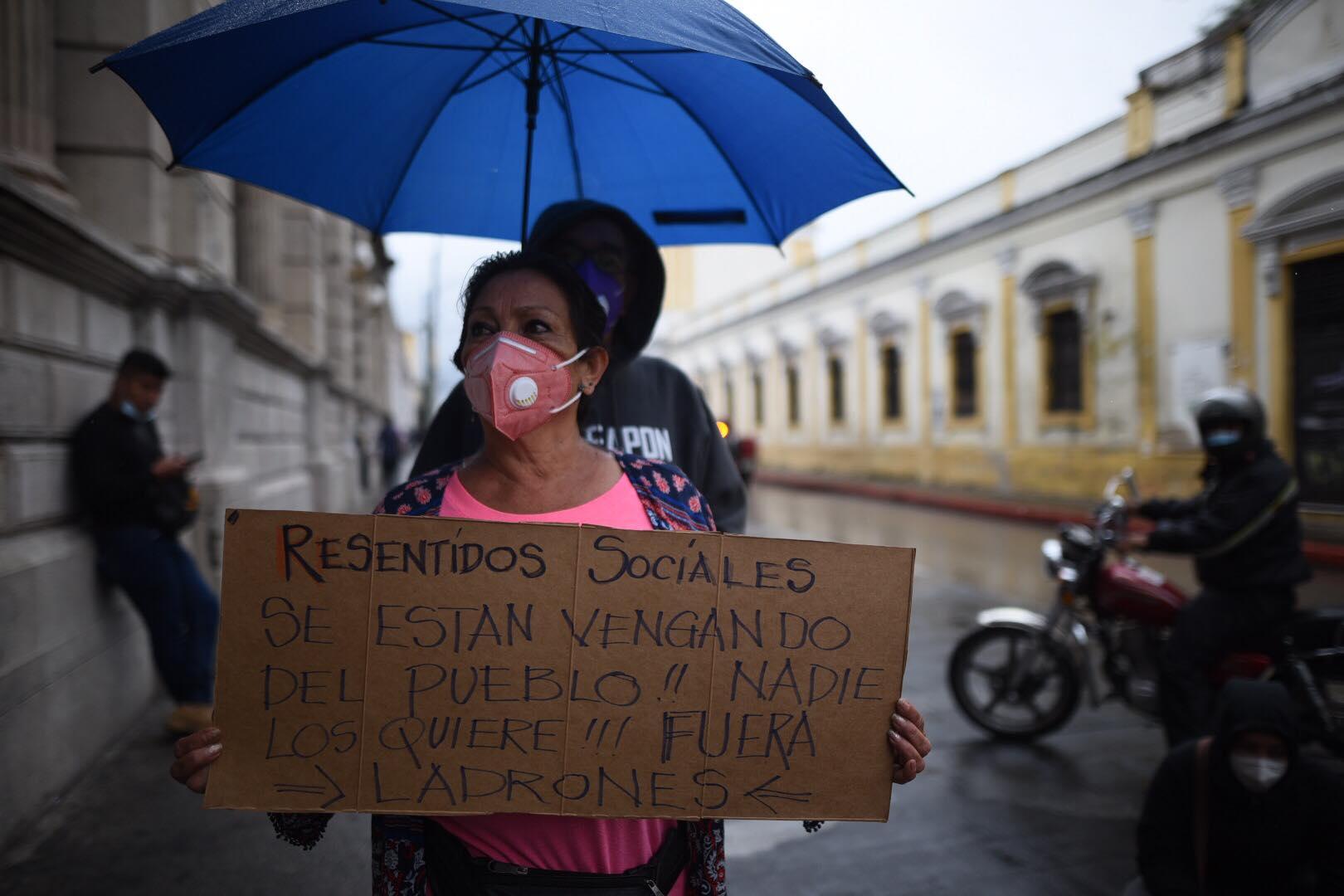 Guatemaltecos manifestaron frente al Congreso, debido a la aprobación del presupuesto para 2021.