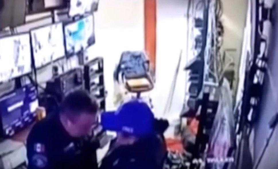 Captan a policías teniendo encuentro íntimo en el hospital que vigilaban