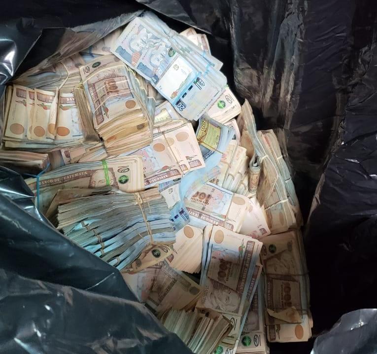conteo de dinero localizado en Antigua Guatemala