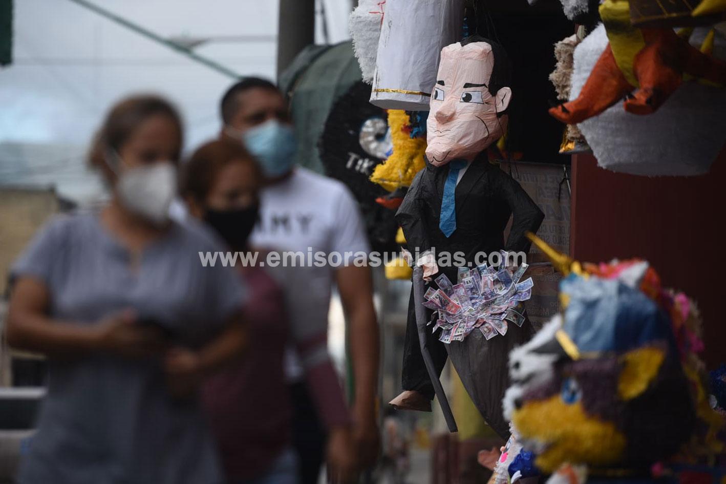 Piñatas con la figura de Alejandro Giammattei