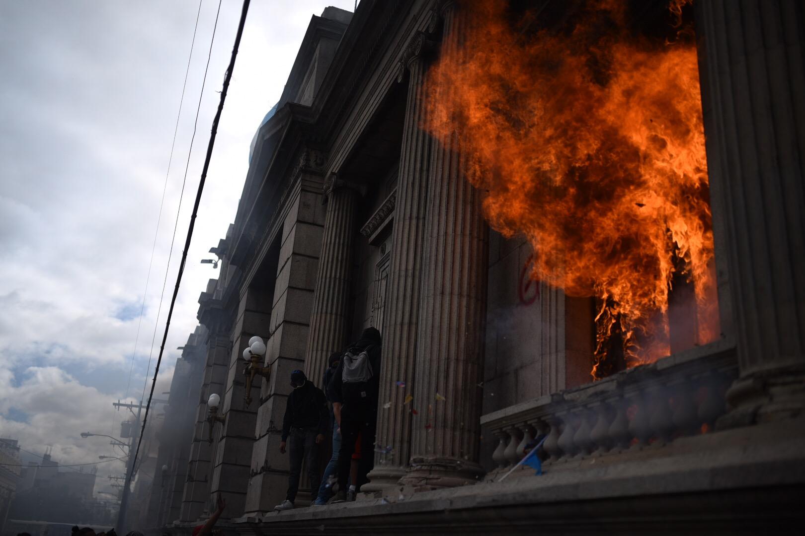Manifestantes prenden fuego a sede del Congreso en manifestación contra el presupuesto.