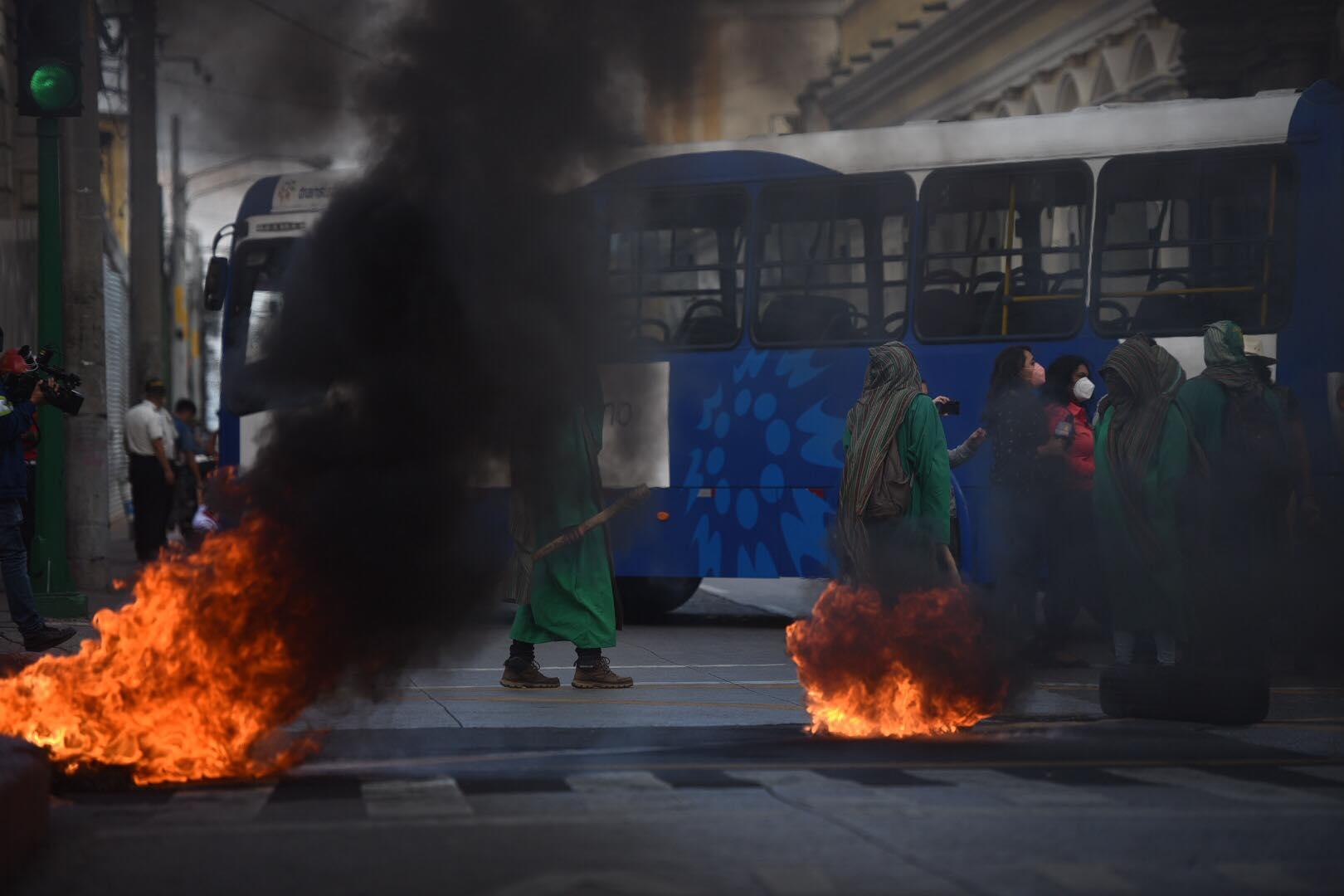Manifestantes queman llantas frente al Congreso