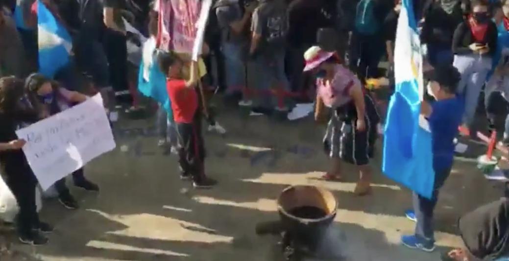 Manifestantes colocan olla con frijoles en plaza de la Constitución
