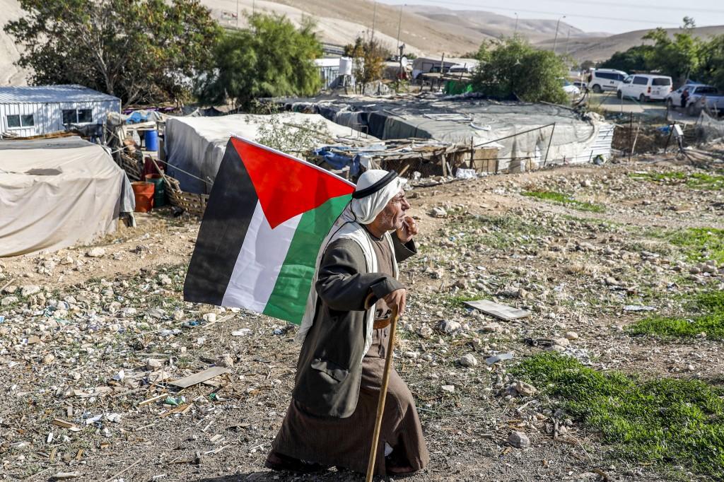 Palestino camina con una bandera