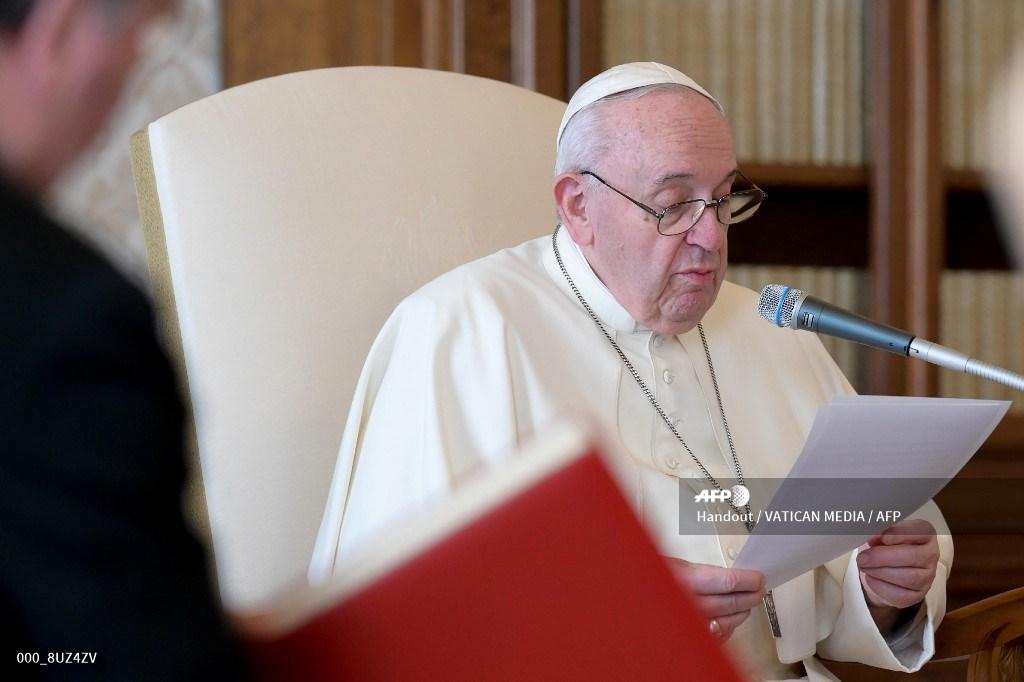 Papa Francisco en la biblioteca del Palacio Apostólico